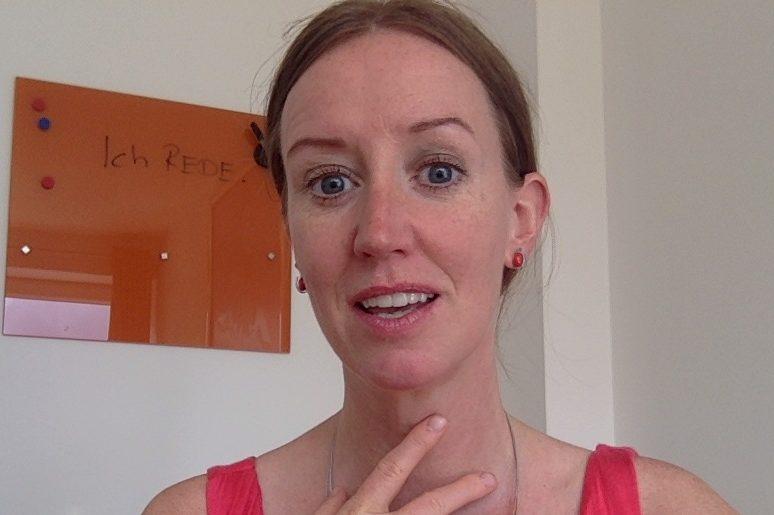 Isabel García zeigt Übung für mehr Stimmvolumen